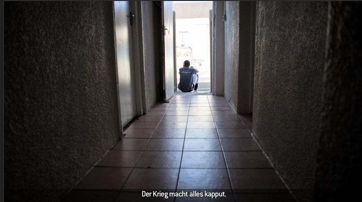 """Felix Seuffert: """"After The War"""". Carol Machumu sitzt am Boden eines Flurs."""