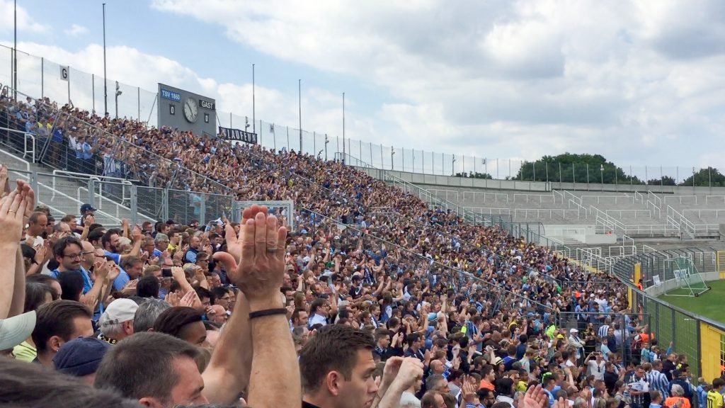 Jubelnde Sechzger Fans in der Westkurve des Grünwalder Stadions vor dem Freundschaftsspiel gegen Borussia Dortmund am 16.7.2016. Foto: Bernd Oswald